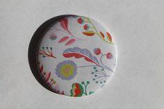 Miroir de poche rond simple de diamètre 56mm motif fleur pastel. Possibilité de personnalisation (motif, inscription...): me contacter. Livré dans un petit sac en satin noir. - 17531680