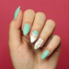 Wiosenny manicure wykonany przez @maxineczka z efektem negative space…