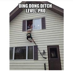 Ding Dong Ditch like a pro. Lol this is funny Stupid Funny, Haha Funny, Funny Cute, Funny Jokes, Funny Stuff, Funny Pranks, Easy Pranks, Funny Ads, Funny Things