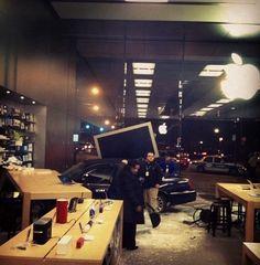 Idoso entra de carro pelas paredes de vidro da Apple Store