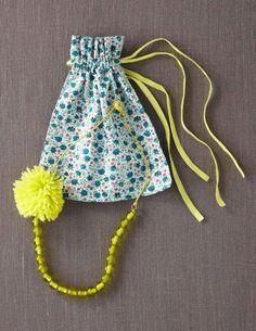 Collier perles et pompon avec son pochon