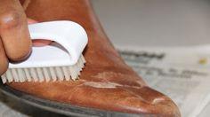 Đã bao giờ bạn cảm thấy tiếc cho những đôi giày mình yêu thích chỉ trong vài tháng không sử dụng  đã trở nên ẩm mốc và cũ đi trông thấy chưa ,bạn đang đau đầu tìm cách sử lý những vết ố , ẩm mốc . Hãy cùng xem cách bảo quản giày boot nữ dưới đấy để làm mới lại đôi giày bạn yêu thích nhé.