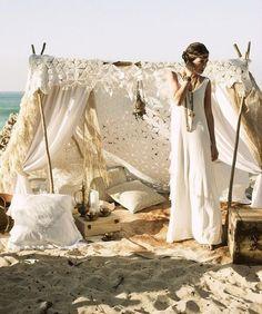 Excelente idea esa de agregar el teepee. Bodas boho en la playa muy veraniegas. Fotografía: Shipwrecked photography / karen cox.
