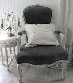 I love these chairs like this, need to find some for me soon!