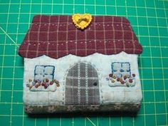 Japanese Patchwork, Patchwork Bags, Quilted Bag, House Quilts, Fabric Houses, Needle Case, Needle Book, Home Crafts, Diy Crafts