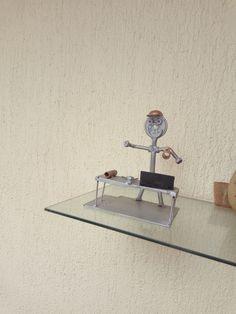 Figura de un Ing. en metal reciclado en escritorio con planos y herramientas Ing, Table, Furniture, Home Decor, Desktop, Upcycling, Tools, Homemade Home Decor, Tables