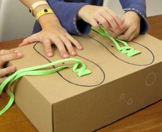 Schnürsenkel-Spiel, dabei üben die Kinder das Einfädeln und Binden von Schnürsenkeln!