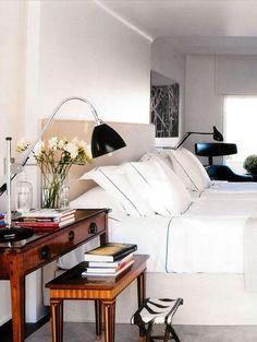 Klassiskt sovrum med dubbla sängbord