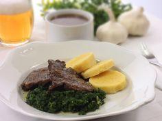 Dobře připravené hovězí maso, které se vám rozplývá na jazyku je králem mezi masy. Domácí bramborové knedlíky a špenát výborně tuto klasiku doplní.