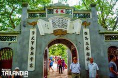 El Hoan Kiem es el lago más céntrico de Hanói un bello espacio natural en el corazón de la capital de Vietnam. Te vienes a visitarlo? #vietnam #lago #hanoi #vacaciones #viajar http://ift.tt/2pPI3oX
