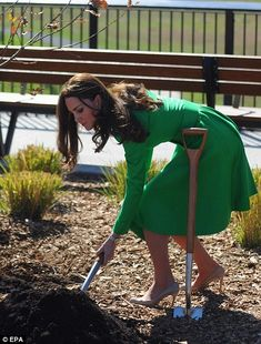 Catherine, Duchess of Cambridge take part a tree planting as they visit the National Arboretum on in Canberra, Australia. Kate Middleton News, Kate Middleton Prince William, Kate Middleton Style, Prince William And Kate, William Kate, Duchess Of York, Duchess Kate, Duke And Duchess, Duchess Of Cambridge