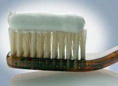 Preparar en casa una pasta dental natural es muy sencillo y económico y nos protege de químicos y sustancias tóxicas que se utilizan en su versión comercial, como el flúor o derivados del petróleo. Lo único que necesitas es:
