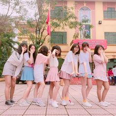 Dáng đứng kiểu khó ở  chúc mừng đã qua casting nha mấy đứa  #twice #knockknock Kpop Fashion, Korean Fashion, Girl Fashion, Ulzzang Korean Girl, Ulzzang Couple, Best Friend Poses, Korean Best Friends, Korean Beauty Girls, Korean Couple