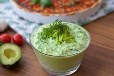 Om du gillar tzatsiki kommer du att älska detta recept. Oj så gott! Avokado ochtzatsiki är enriktigt god kombination och såsen blir sådärhärligt krämig och vackert limegrön. Lika god att servera som en dippsås, till grillat eller till salladen. Jagserverar den med en läcker tomatpaj. Recept på den hittar du HÄR! 1 liten skål avokadotzatsiki 2 mogna och mjuka avokado 3 dl turkisk yoghurt 1/2 gurka 1 vitlöksklyfta 1 lime 0,5 dl finhackad dill Salt & peppar Gör såhär: Använd riktig...