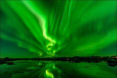 Polarlicht mit Sternen in Norwegen. Selten ist das Meer so glatt, dass so eine saubere Spiegelung entstehen kann. Es ist total faszinierendes Erlebnis...