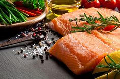 Foods that nourish and make hair shine Cooking For Three, Cooking With Olive Oil, Omega 3, Foods That Contain Zinc, Fatty Acid Foods, Backstrap Recipes, Seared Salmon Recipes, Raw Salmon, Fried Vegetables