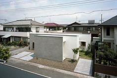 仔細看看建築周圍的房子,會發現四周都是非常整齊一致的住宅形式,此區位在日本靜岡縣燒津市,是1980年代的住宅開發區,每一戶的建築大小都很平均,建築師之一川本敦史提到,此處的一致性以及被山景包圍,給人的印象就是『非常熟悉的日本』,於是決定新蓋的住宅要在比例上與當地房子成正比。 建築師首先規劃了「之」形牆面作為建築原型,透過一條垂直中央走廊為空間主軸,讓內院與外院錯落在住宅之中,營造不同寬度及距離的空間感。 via mA-style architects