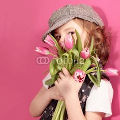 Kleine Dame mit einem Strauss Tulpen