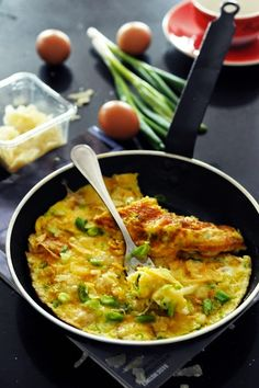 Mais pourquoi est-ce que je vous raconte ça... Dorian cuisine.com: Quand les voyages ouvrent l'appétit rien de mieux qu'une omelette de célibataire ! Omelette aux chips au parmesan et aux cives… CM#30 tome 1 !