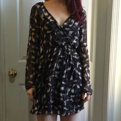 Abercrombie & Fitch Printed Bell Sleeve Dress XS Abercrombie & Fitch printed dress, bell sleeves, main body is lined with a black dress that is attached within. No pockets and in great condition. No closures. About mid thigh length. Abercrombie & Fitch Dresses Mini