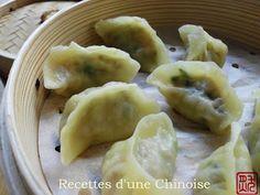 Recettes d'une Chinoise: Raviolis aux crevettes à la vapeur 蒸虾饺 zhēngxiājiǎo Pour 35 raviolis Pour la pâte 200 g de farine de blé 140 ml d'eau bouillante 1 pincée de sel Pour la farce 230 g de crevettes crues décortiquées 150 g de pousses de bambou 1 c. à café d'huile de sésame 1 c. à soupe de vin jaune chinois (vin de shaoxing) 1 c. à café de sauce de soja claire 1 pincée de sucre un peu de sel et de poivre un peu de saindoux (ou bien matière grasse végétale)