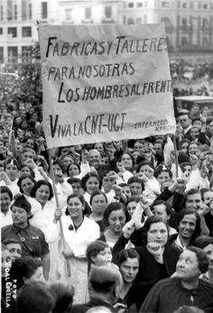 Manifestación de adhesión al pueblo madrileño, formada por mujeres valencianas, el 1 de noviembre de 1936  ARCHIVO ABC