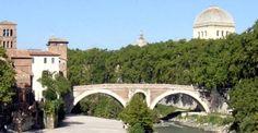 Ponte Fabricio Il ponte romano meglio conservato, il Fabricio, fu costruito nel 62 a,C., in sostituzione di una più antica struttura lignea già esistente, secondo quanto dice Livio, nel 192 a,C., ma sicuramente antecedente, essendo necessaria per raggiungere l'isola, dove nel 291 a.C., era stato dedicato il tempio ad Esculapio.