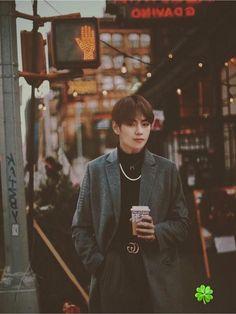 Pay attention to the gucci belt - BTS - Info Korea Daegu, Foto Bts, Xmen, Wattpad, Kpop, V Bts Wallpaper, Iphone Wallpaper, Florian, Kim Taehyung