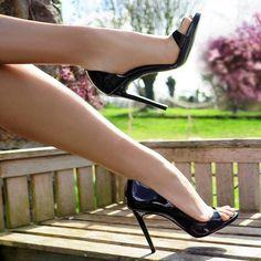 La sculpturale Plaisir en vernis noir, à la cambrure affolante de sensualité illumine vos pieds en toute saison. La ligne gracile de ces escarpins à bout ouvert de 10 cm allonge considérablement la jambe. Avec ce modèle à vos pieds, vous ne laisserez pers