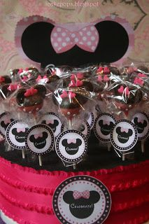 Minnie Mouse Cake Pop Centerpiece  I like the cake pop stand...