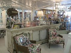 This is TRULY a shop I would drooL over! Melrose Vintage ~ 4238 No. Antique Store Displays, Antique Stores, Antique Market, Looks Vintage, Style Vintage, Visual Merchandising, Check Out Counter, Store Counter, Shop Window Displays