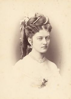 Countess Johanna Erdődy the wife of Count Béla Széchenyi (son of the famous Count István Széchenyi). Steampunk Hairstyles, Victorian Hairstyles, Vintage Hairstyles, Victorian Photos, Victorian Women, Victorian Fashion, Victorian Era, Victorian Steampunk, Victorian Photography