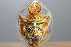 Sian Pho Khru Luessi Phu Suea Ruun Khum Srap Khiew Kaew 52 Thai Amulett des ehrwürdigen Luang Phu Galong, Abt des Wat Kao Laem, aus dem Jahr 2552 (2009). Das Amulett wurde vom Wat Kao Laem am 25.07.2009 herausgegeben. Der ehrwürdigen Luang Phu Galong erschuf diese Amulett Serie im September BE 2551 (2008) in einer Kleinserie von nur 999 Amuletten.
