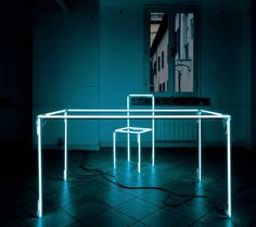 Titolo dell'opera «Scrittoio» creato con neon, ferro e trasformatori. Dimensioni: 140x130x90 cm