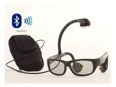 """「Narbis」を使うには、ユーザーはBluetooth通信機能付きのアームバンドを腕に巻き付け、メガネをかける。このデバイスには3つのセンサーが搭載されていて、メガネのそれぞれのアームの先端部分と、頭の上に装着する部分に分かれている。これらのセンサー部分には小さいゴールドピンが設置されていて、装着者の肌と接触しており、これが脳の活動をモニターする。  ・スマートフォンの専用アプリを用意  ユーザーはスマートフォンで専用のアプリを起動し、Bluetoothでデバイス本体と接続。専用アプリにはNASAが開発したトレーニングプログラムが採用されている。これは元々宇宙飛行士の注意力のレベルを測定し、脳の特定分野のトレーニングをおこなうもの。""""集中""""""""行動""""""""睡眠""""""""心の平静""""""""気分""""の5つのトレーニングが用意されている。  ・脳の活動に対し、意識が鋭敏に…"""