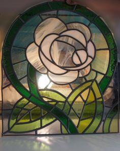 vitral emplomado con vidrios de color blanco, azul, verde