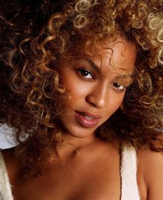 Beyonce Knowles in a Michael Tompson Photoshoot - Hot Famous Divas Queen Bee Beyonce, Beyonce Pictures, Curly Hair Styles, Natural Hair Styles, Facial, Beyonce Knowles Carter, Beyonce Style, Natural Curls, Natural Beauty