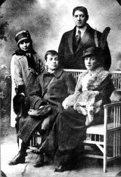 El joven Jorge Luis Borges junto a su madre Leonor, su padre y su hermana. / EL PAÍS
