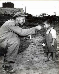 어린이에게 먹을 것을 주는 군인 모습(1950년).