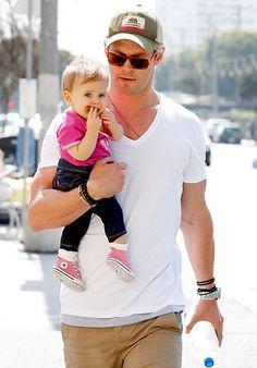 Que guapo Chris Hemsworth de paseo con su pequeña india #HotDaddy