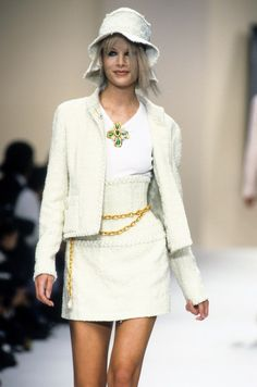 Chanel spring 1994 ready-to-wear fashion show in 2019 vogue. Chanel Fashion, 90s Fashion, Runway Fashion, High Fashion, Fashion Show, Vintage Fashion, Womens Fashion, Fashion Trends, Chanel Style