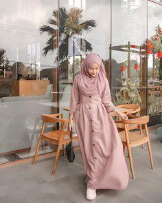 Pink Dress for Muslimah Niqab Fashion, Modern Hijab Fashion, Girl Fashion, Fashion Outfits, Hijab Style Dress, Casual Hijab Outfit, Hijab Chic, Dress Brokat Muslim, Dress Muslim Modern