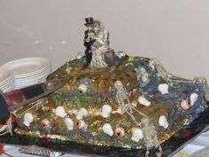 If you are planning an October wedding.this would look pretty stellar for your cake. Cakes Gone Wrong, Tacky Wedding, Wedding Stuff, Ugly Cakes, Wedding Fail, Yard Wedding, Funny Wedding Cakes, Funny Cake, Cake Wrecks