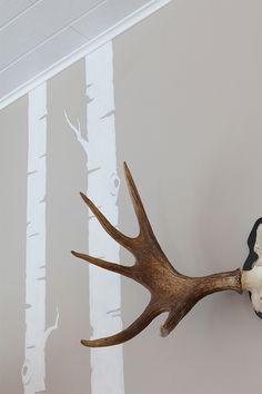 Skandinaavista seinää koristaa koivun rungot ja sarvet. Seinä maalattu Harmony-maaleilla, sävy J485, kuvio F497 #asuntomessut #tikkurila #harmony #kuviomaalaus #harmaa  #olohuone #trendit #efektiseinä #maalausidea #hailuoto #skandinaavinen Interior Painting, Restaurant Design, Decor Ideas, Mirror, Wall, Color, Home Decor, Decoration Home, Interior Paint