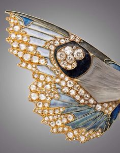 Two moths in flight (detail), a rare brooch-pendant from the end of the 19th century by René Lalique. Yellow gold body with grey glass paste; multi-colour plique-a-jour enamel wings with diamonds, trimmed in rose diamonds