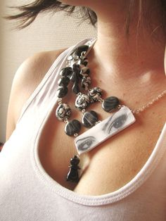 """Défi février 2015 : Collier asymétrique black and white """"La Reine des ombres"""" : Collier par mix-mania. French jewelry designer . Polymer clay jewelry handmade . Asymmetrical black and white necklace.and white"""