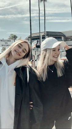 Tumblr Bff, Tumblr Girls, Cute Friend Pictures, Friend Photos, Besties, Friend Poses Photography, Best Friends Aesthetic, Cute Friends, Friends Girls