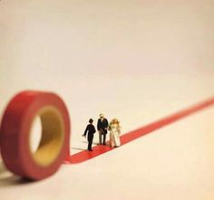 Tanaka Tatsuya-Japan-miniature installations Since 2011, tanaka tatsuya publishes every day a photo in his calendar http://miniature-calendar.com/ Each photo is a composition miniature made out of everyday objects and miniature figurines model. This since April 2011, or more than 5 years old today!!!