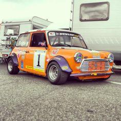 a serious racer! Mini Cooper Classic, Classic Mini, Classic Cars, Mini Countryman, Mini Things, Mini Bike, Car Girls, Retro Cars, Car Photos
