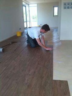 Woonkamer PVC-stroken met houtdessin.